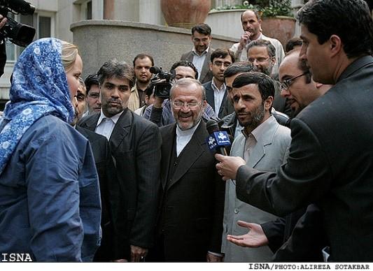 (אחמדינז'אד בטקס שחרור המלחים הבריטים ב-2007. האם נהיה עדים לתמונות דומות )