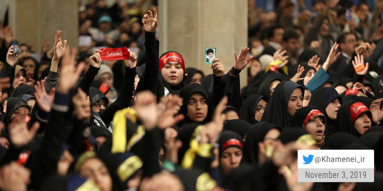 עצרת סטודנטים עם המנהיג העליון היום בטהראן. איראן בדרך להסרת המחויבות להסכם הגרעין בפעם הרביעית
