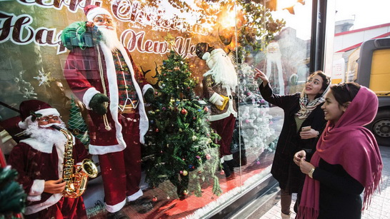 אווירת החג באיראן - חנויות לממכר מוצרים אבל במקביל נעשים מעצרים