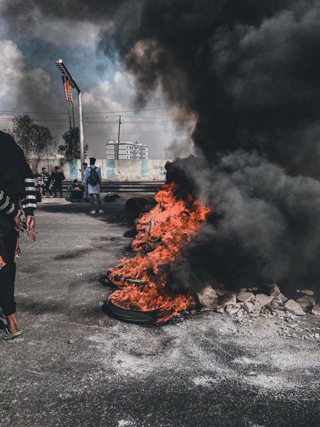 ההפגנות בעיראק ליד הגשר בו נטען כי כוחות הביטחון דחפו אנשים מעבר למעבר בטון