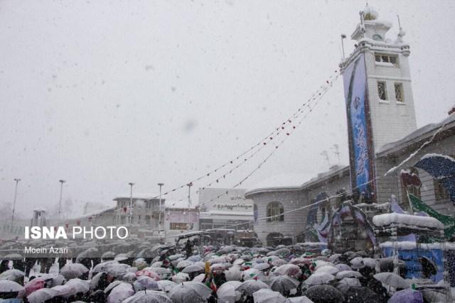 אוהדי המשטר לא ויתרו על צעדת הבעת תמיכה בשלטון חרף שלג בגובה של יותר ממטר בעיר רשת, מרכז המחוז הצפוני גילאן.