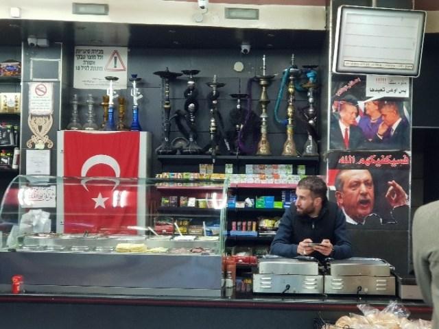 תורכיה בתוך החנות... שימו לב לנרגילה בצורת קלצ'ניקוב, ולתמונת אובמה עם ארדוואן.