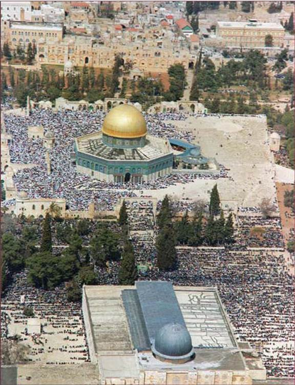 Muslims worshipping on the Temple Mount in the month of Ramadan, 1992. Under Israeli rule full religious freedom is maintained on the mount. (Moshe Milner, Government Press Office)