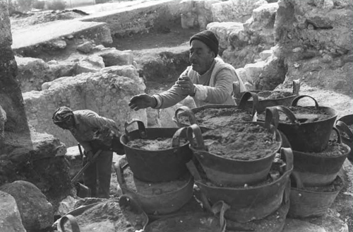 Arab workers at the excavations of the Southern Wall. (Ya'acov Sa'ar, Government Press Office)