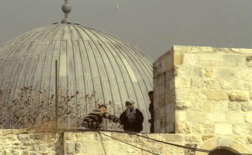 The Temple Mount, October 2000. Arabs throw stones at policemen. (Avi Ohayon, Government Press Office)