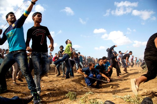 Palestinians throw stones at Israeli soldiers