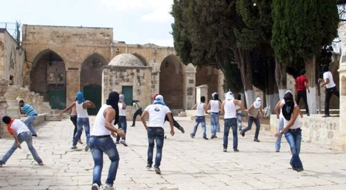 Palestinian rioters on the Temple Mount throwing rocks