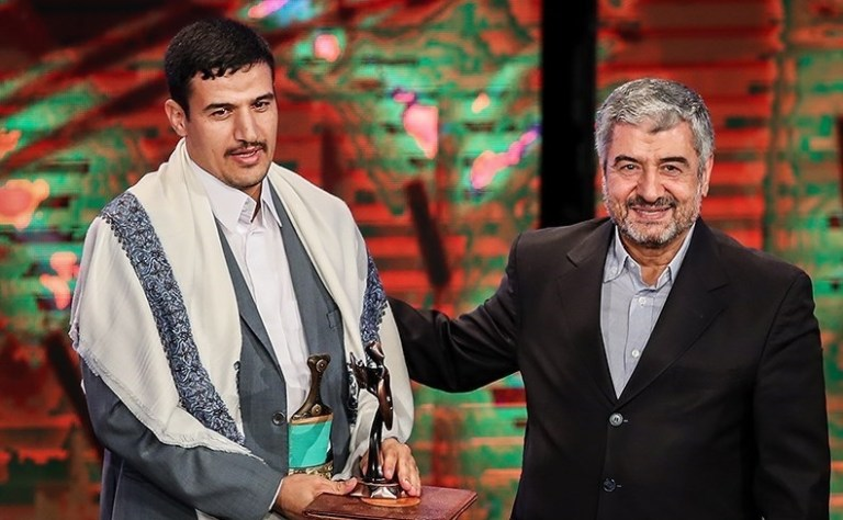 "Abd al-Malek Houthi's assistant receiving the ""resistance"" award."