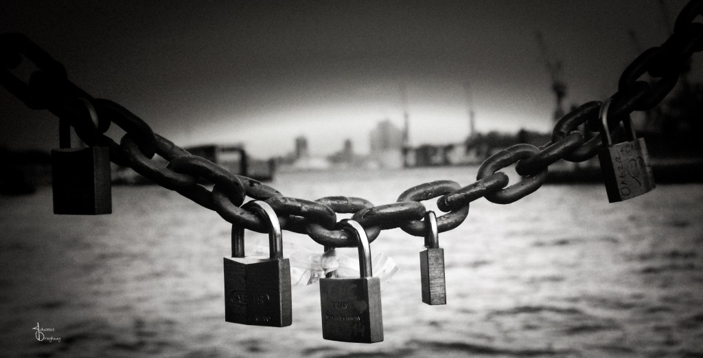 Faces of Hamburg – Chain and locks