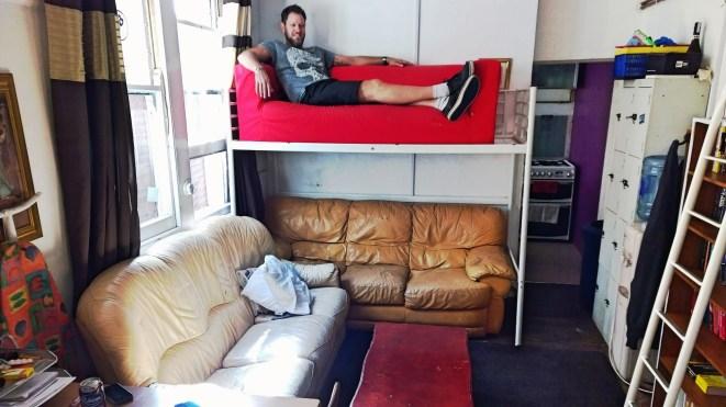 Vårt nya tillägg i vardagsrummet - den röda övervåningssoffan!