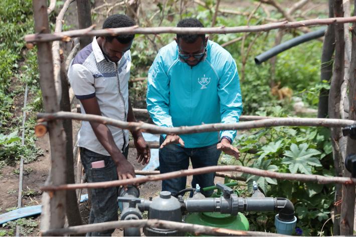 JDC volunteer meeting with Ethiopian farmer as part of JDC's Tikkun Olam Ventures (TOV) program.