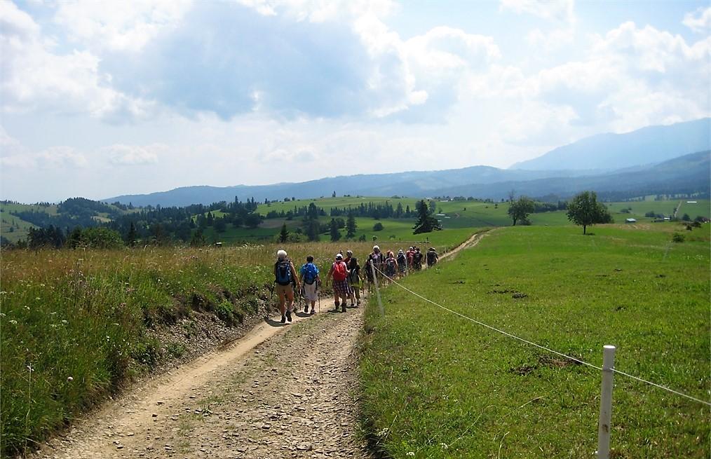 Turyści na szlaku. W tle wzgórza Magury Spiskiej.