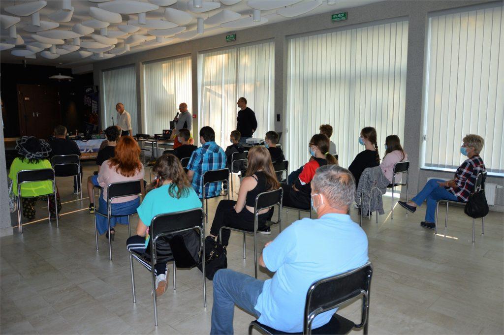 Przybyli na spotkanie z krótkofalowcami w holu lustrzanym JDK, biorą udział w dyskusji
