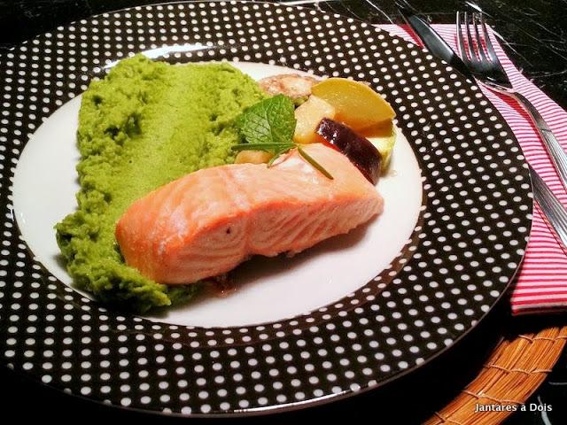 Papilote de salmão com purê de ervilhas