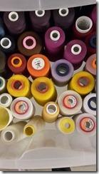 rangement des cônes de fils dans des tiroirs