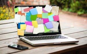 coronarivus : comment travailler de chez soi efficacement - ordinateur plein de post-its - je tu elles