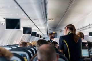Hôtesse de l'air dans un avion