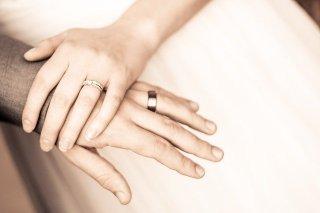 Mains de mariés entrecroisées - bonheur après l'ombre du cancer du sein