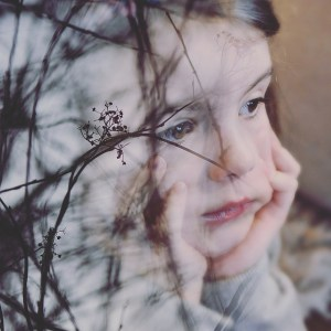 Auto-hypnose - état de transe : fillette le regard dans le vague