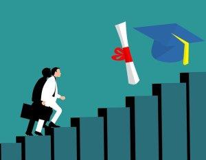 Homme grimpant des marches jusqu'à un diplôme et un chapeau d'universitaire américain