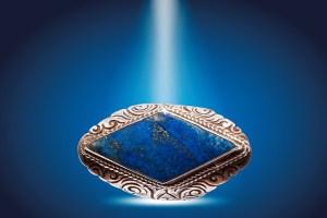 La lithothérapie et la confiance en soi - bague losange avec un lapis lazuli