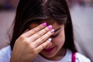 Fillette timide se cachant le visage - quand parler aux autres devient une épreuve