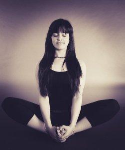 Savoir relativiser à coup sûr - femme en position lotus - méditation