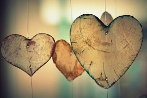 Bienveillance : pratiquer la gratitude - 3 mobiles en bois brut en forme de coeurs