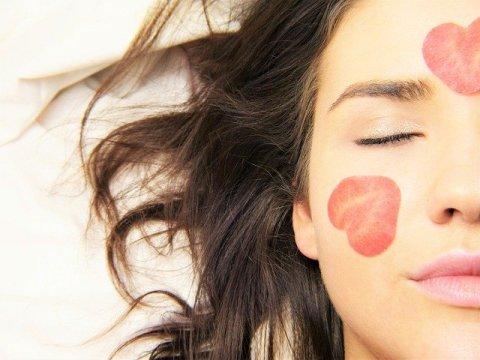 La bienveillance, comment penser à soi sans culpabiliser - moitié gauche du visage d'une femme brune dont les yeux sont fermés et portant des traces de bouche fait avec un rouge à lèvres.