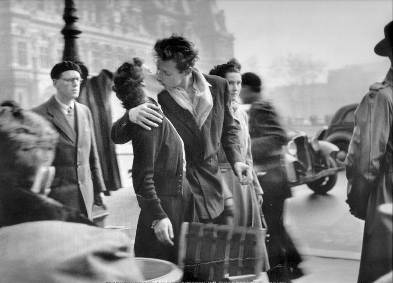 Un homme et une femme s'embrassant devant l'hôtel de ville