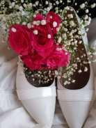 Trouwjurk, boeketje en trouwschoenen