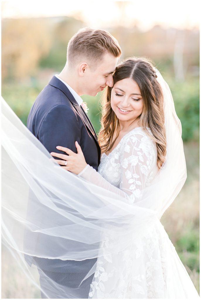 langt bryllups slør til bruden af bryllupsfotograf