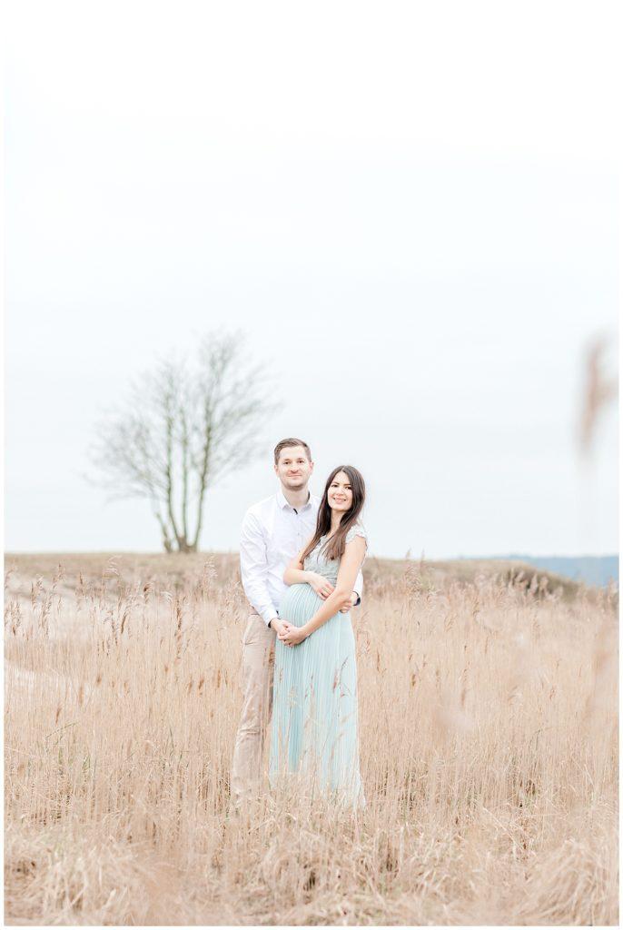 graviditetsbilleder på stranden taget af bryllupsfotograf jeanette merstrand