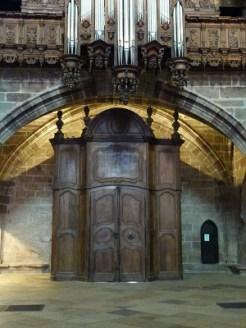 Portail d'entrée sous l'orgue