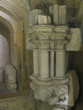 Colonnette à chapiteau de marbre