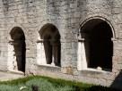 Le cloître, fenêtres à arcades géminées