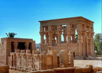 Chapelle d'Hathor au 1er plan