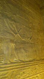 Hiéroglyphes, scènes royales et divines dans les salles du temple