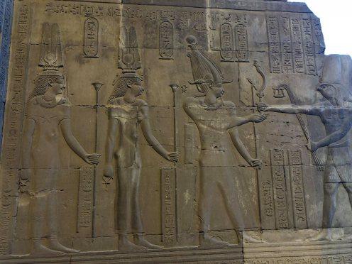 Le temple de Sobek et Haroëris, Cléopâtre à gauche de la scène