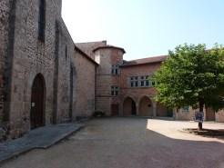 Cour de l'église et logis du prieur