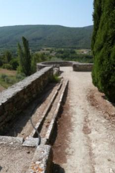 Cour du chevet et terrasse - remparts et barbacane