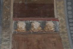Trois têtes de moines sculptée