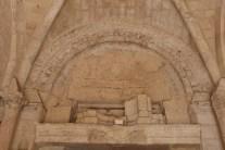 Porche d'entrée latéral - tympan démoli