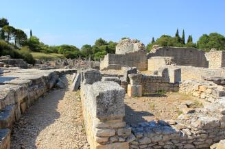 La maison de Sulla, coupée en deux par la basilique, doit son nom à une inscription portée sur la mosaïque qui décorait une salle.