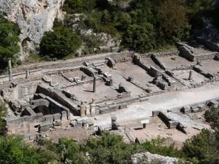 La source sacrée et le quartier indigène à droite