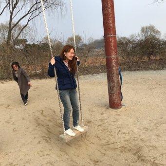 스릴 있어 보였지만 재미 없었던 그네. This swing looked fun but actually wasn't.
