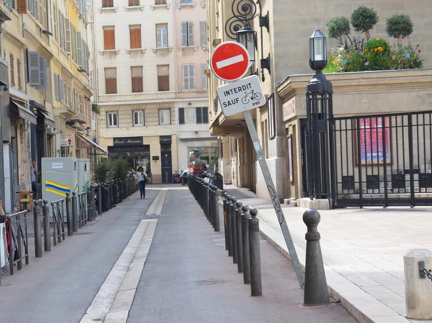 Marseille_panneau_penché