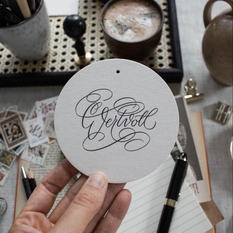 Anhänger wertvoll Kalligrafie Kalligraphie Hand Lettering Weihnachten Geschenk Geschenksanhänger