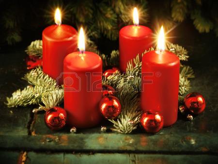 47363568-noel-couronne-de-l-avent-avec-quatre-bougies-allumees-pour-le-4e-dimanche-de-l-avent-de-concept-trad
