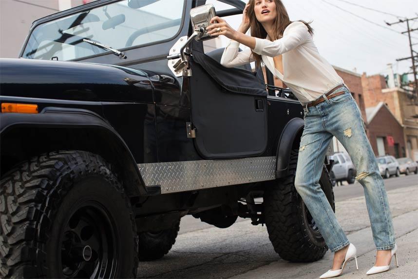 frau-am-jeep-2014